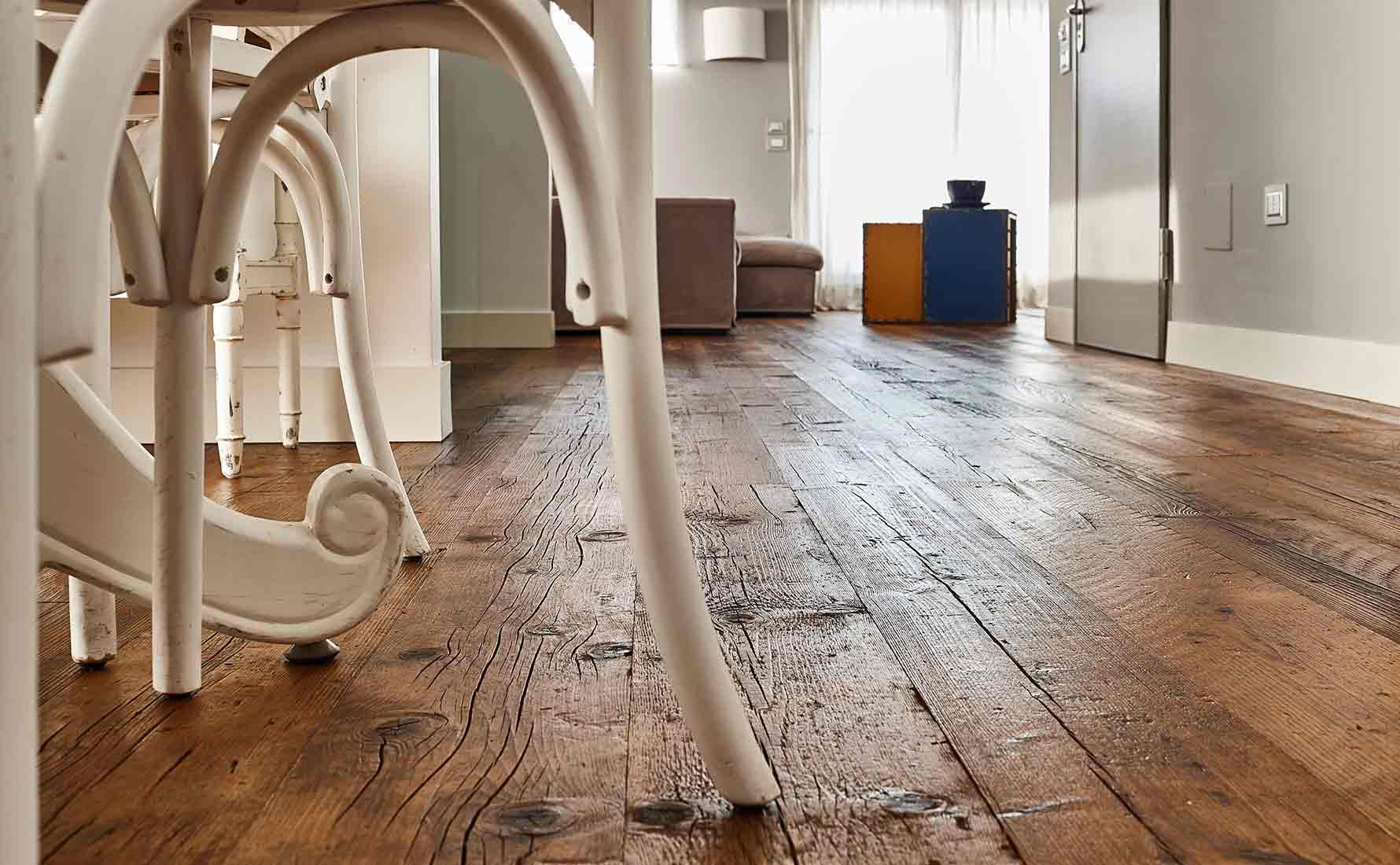 Dettaglio pavimento con parquet in abete di recupero collezione Bottega