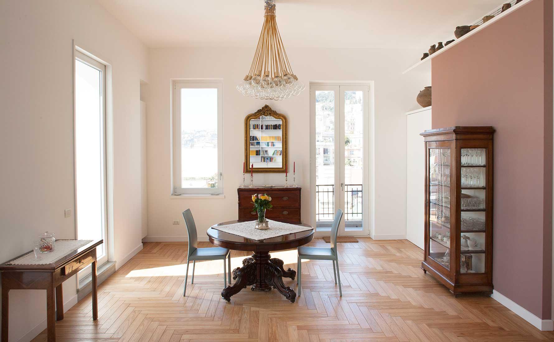 Stanza arredata con parquet teak massello collezione Bottega