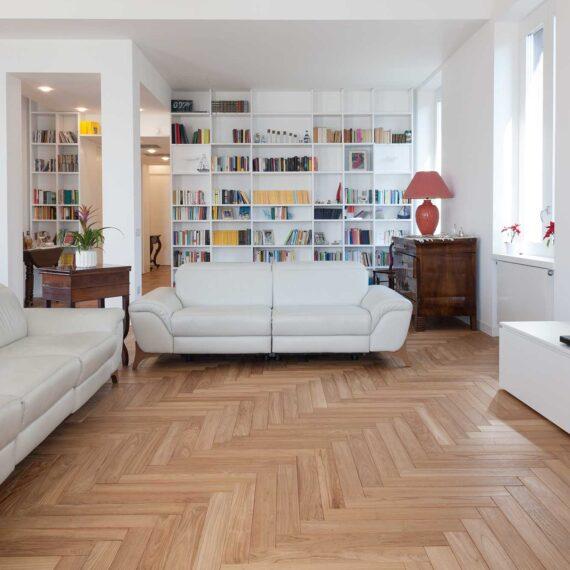 Salone arredato con parquet teak massello collezione Bottega