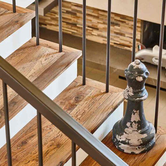 dettaglio scale con parquet olmo antico collezione Bottega