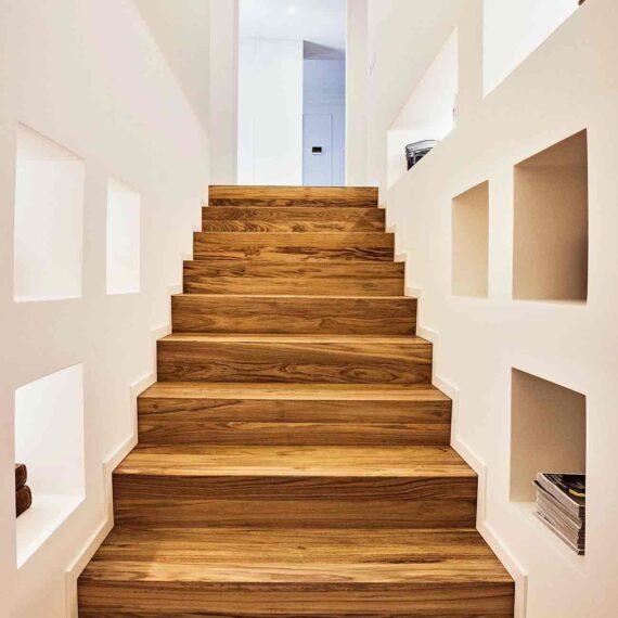 Dettaglio scale con parquet teak 3 strati collezione Bottega