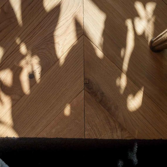 Primo piano parquet in quercia francese spina 45°